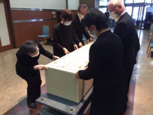 柩の蓋はご家族さまの手で閉じていただきます